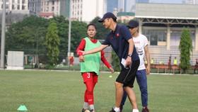 HLV  Ijiro Akira  trong buổi làm việc cùng đội nữ U15 Việt Nam. Ảnh: Đoàn Nhật
