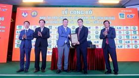Đại diện Lãnh đạo VFF trao Bảng danh vị cho Nhà tài trợ chính của giải. Ảnh: Đoàn Nhật