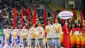 Các cô gái VTV Bình Điền Long An thướt tha trong tà áo dài tại Lễ khai mạc giải. Ảnh: DŨNG PHƯƠNG