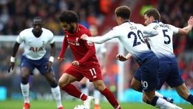 Các cầu thủ Tottenham nỗ lực đeo bám Salah.