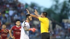 Cầu thủ CLB TPHCM phản ứng trọng tài trên sân Tam Kỳ. Ảnh: Viết Định