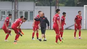 Thầy trò ông Park trên sân tập chiều 1-9. Ảnh: MINH HOÀNG