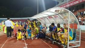 Sự thất vọng của đội Khánh Hòa sau trận đấu. Ảnh: Minh Hoàng