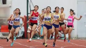 Lê Tú Chinh giúp tổ tiếp sức 4x100m nữ TPHCM đoạt HCV. Ảnh: DŨNG PHƯƠNG