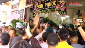 Tang lễ nghệ sĩ Anh Vũ: Chen lấn, xô đẩy để livestream gây chú ý
