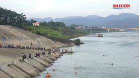 Phớt lờ biển cấm, hàng trăm người dân đổ xô ra sông Đà để tắm