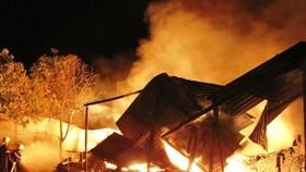 Cãi nhau với vợ sau cuộc nhậu, lấy xăng đốt nhà