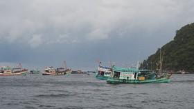 Tàu cá CM 92123 TS cùng 5 thuyền được lai dắt vào Hòn Chuối an toàn