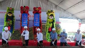 Các đại biểu thực hiện nghi thức Lễ khởi công khu điều hành nhà máy điện gió Đông Hải 1