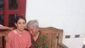 Mẹ già ngất xỉu khi thấy con gái trở về sau 22 năm lưu lạc tại Trung Quốc