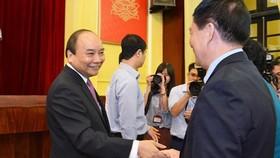 Thủ tướng Nguyễn Xuân Phúc trò chuyện với cán bộ Học viện Chính trị quốc gia Hồ Chí Minh