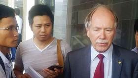 GS Gerard 't Hooft (bìa phải) trả lời phỏng vấn