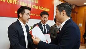 Ông Vũ Hùng Sơn (bên trái)