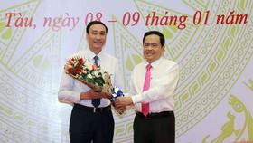 Ông Trần Thanh Mẫn (phải) chúc mừng ông Phùng Khánh Tài (trái)
