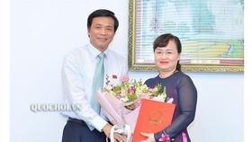 Chủ nhiệm Văn phòng Quốc hội Nguyễn Hạnh Phúc trao quyết định bổ nhiệm cho  bà Phạm Thúy Chinh. Ảnh: QUOCHOI