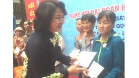 Phó Chủ tịch nước Đặng Thị Ngọc Thịnh dự ngày hội Đại đoàn kết toàn dân tộc ở TPHCM
