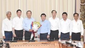 Chủ tịch UBND TPHCM Nguyễn Thành Phong trao quyết định cán bộ