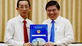 Chủ tịch UBND TPHCM Nguyễn Thành Phong trao quyết định điều động và bổ nhiệm PGS. TS Trần Hoàng Ngân, Giám đốc Học viện Cán bộ TPHCM làm Viện trưởng Viện Nghiên cứu Phát triển TPHCM