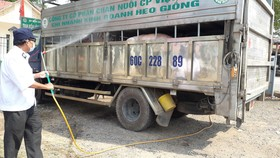 Xịt khử trùng xe chở heo tại Đồng Nai