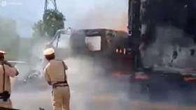 Container bất ngờ bốc cháy dữ dội trên cao tốc