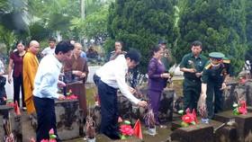 Nguyên Chủ tịch nước Trương Tấn Sang dâng hương, hoa tri ân các anh hùng, liệt sĩ tại Vị Xuyên