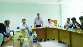 Chủ tịch Hội Nhà văn TPHCM Trần Văn Tuấn (đứng) trả lời các vấn đề xung quanh  giải thưởng 2017