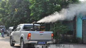 Spraying chemicals to prevent dengue fever in Hoai Duc district of Hanoi. (Photo: VNA)