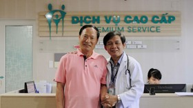 The Korean man and the doctor who performs operation on him (Photo: SGGP)