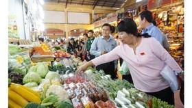 Inspectors check food safety in Ben Thanh Market (Photo: SGGP)