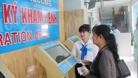Social work staff gives guideline to patients' relative in a hospital (Photo: SGGP)