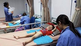 One of kids in Khoai Chau District is beign treated in the National Hospital of Dermatology and Venereology (Photo: SGGP)