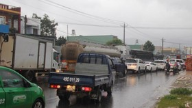 A traffic jam in the National Highway No.20 in Lam Dong Province slows down thousands of vehicles for more than 5 kilometers yesterday (Photo: SGGP)