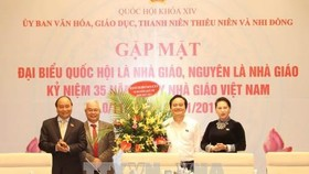 Prime Minister Nguyen Xuan Phuc (L) and NA Chairwoman Nguyen Thi Kim Ngan at the meeting (Source: VNA)