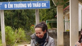Isabelle Muller, the founder of Lo-ANH Foundation, is welcomed by the students of the elementary school in Vo Thau Chai, Hoang Su Phi district in Ha Giang Province. The school has been extended within the project No.8 of the foundation. (Photo courtesy of