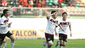 vLee Ing Yu (centre) raised the score to 2-1 for the Korean footballers (Photo: vtc.vn)