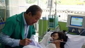 Deputy PM Binh visits a fire victim at Cho Ray Hospital (Photo: SGGP)