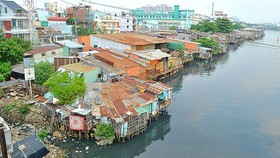 Slums alongside river in district 8 (Photo: SGGP)