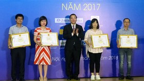 The Minister of Science and Technology handed out awards to representatives of excellent press works in science and technology in 2017. Photo by Tran Binh