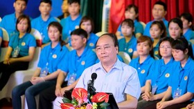 PM Phuc at the meetign with workers in the northern province of Ha Nam (Photo: SGGP)