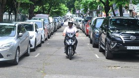 Cars queue in Le Van Tam Park due to shortage of underground parking lots (Photo: SGGP)