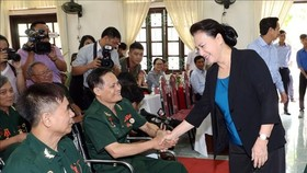 National Assembly Chairwoman Nguyen Thi Kim Ngan visits war invalids at Duy Tien nursing centre. (Source: VNA)