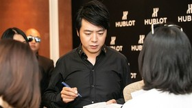 Internationally renowned pianist Lang Lang signs the Vietnamese version of his book today in Hanoi (Photo: VNA)