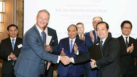 General Director of VNPT Pham Duc Long and Mr. Harald Preiss, Sales Director of Nokia regarding mobile network in European region, signed the collaboration agreements in the witness of Prime Minister Nguyen Xuan Phuc