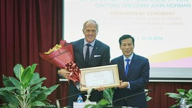 Minister of Culture, Sports, and Tourism Nguyen Ngoc Thien (R) presents the appointment decision to Australian professional golfer Greg Norman (Photo: VNA)