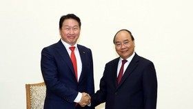 Prime Minister Nguyen Xuan Phuc (R) and Chairman of the SK Group Chey Tae-won (Source: VNA)