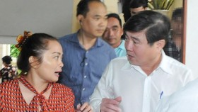 Chairman Nguyen Thanh Phong talks to Thu Thiem residents on November 7 (Photo: SGGP)