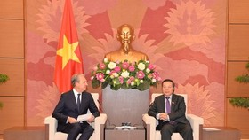 National Assembly Vice Chairman Phung Quoc Hien (R) receives Pfizer Group's Regional President for Asia and Emerging Markets Pierre Gaudreault (Source: VNA)