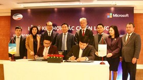 The agreement signing ceremony between Viettel and Microsoft. Photo by D.L