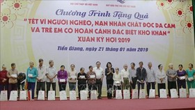 At the programme to present Tet gift packages to poor households and AO/dioxin victims in Tien Giang province (Photo: VNA)