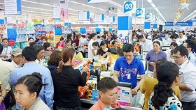 Consumers buy goods in CoopMart (Photo: SGGP)